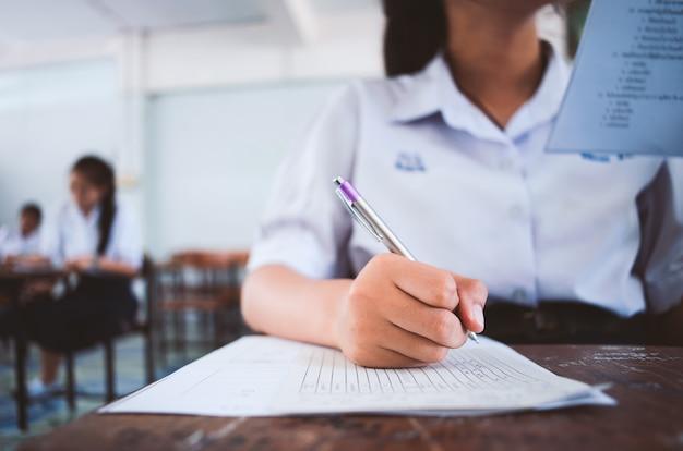 Estudante de leitura e escrita de exame com estresse em sala de aula. Foto Premium