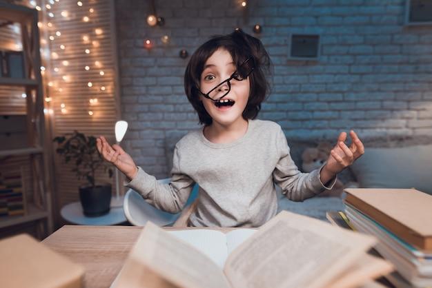 Estudante de retrato extremamente cansada fazendo lição de casa Foto Premium