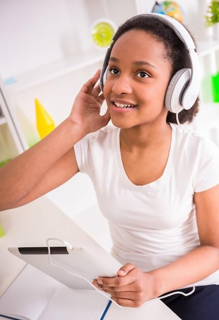 Estudante de sorriso nova do mulato que escuta a música. Foto Premium