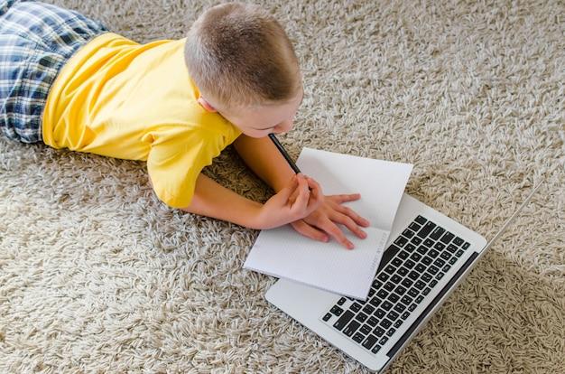 Estudante estudando em casa com o laptop Foto Premium