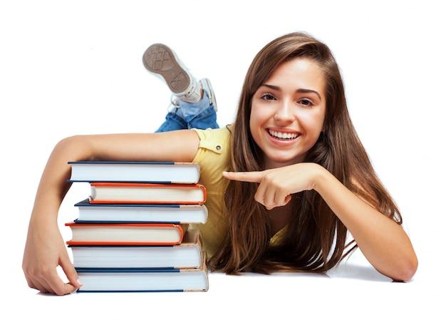 Estudante feliz com os novos livros Foto gratuita