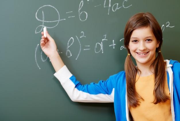 Estudante feliz no quadro-negro Foto gratuita