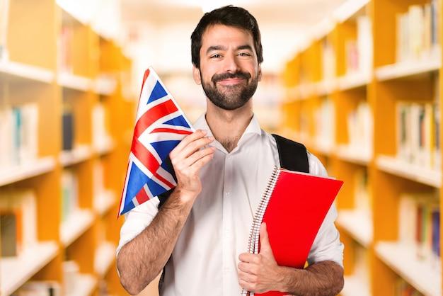 Estudante homem ___ na biblioteca desfocada Foto Premium