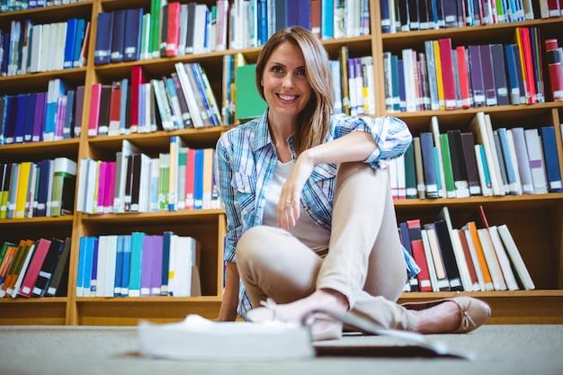 Estudante maduro na biblioteca Foto Premium