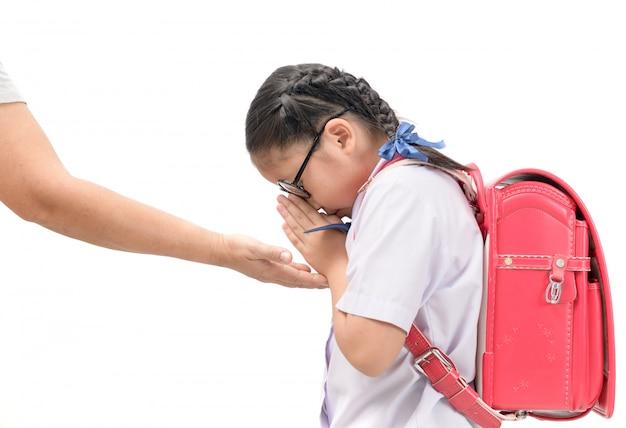 Estudante paga respeito ou sawasdee para sua mãe Foto Premium