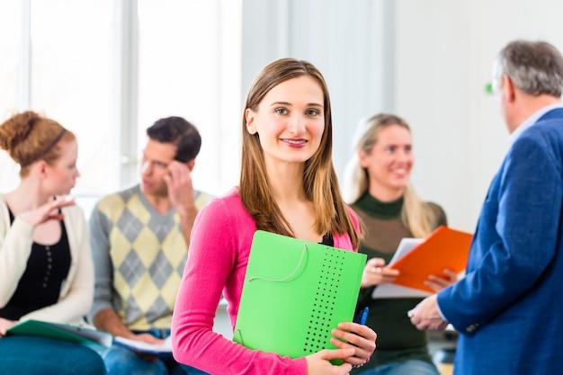 Estudante universitário em aula com professor Foto Premium