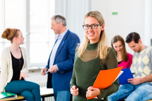 Estudante universitário em sala de aula Foto Premium