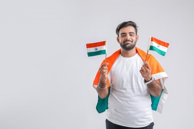 Estudante universitário indiano novo que levanta com bandeira indiana. Foto Premium