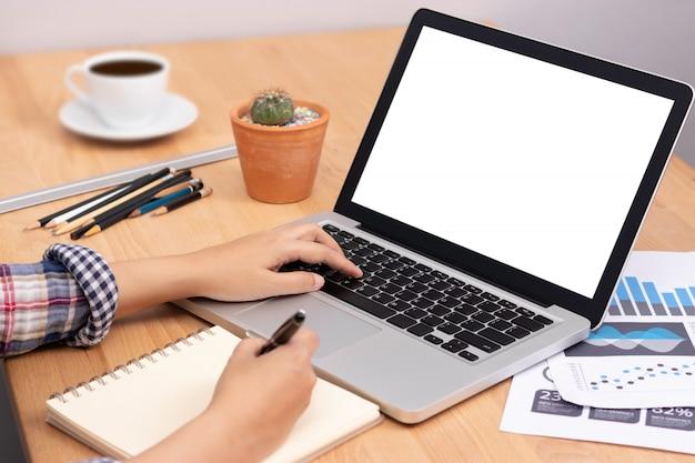 Estudante usando computador portátil com tela branca em branco para treinamento on-line Foto Premium