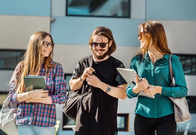 Estudantes amigos andam Foto Premium