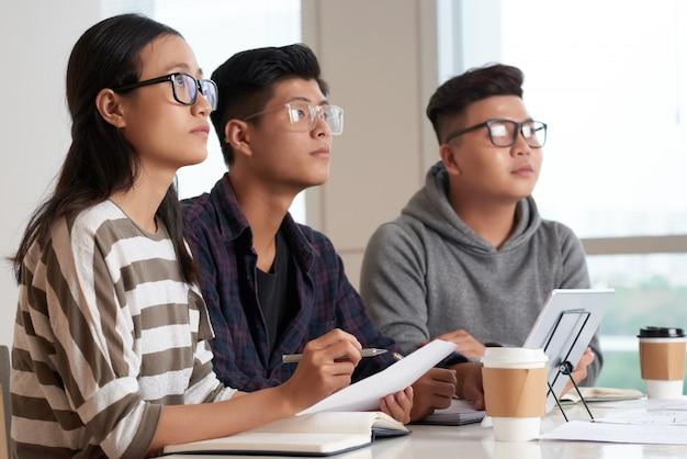 Estudantes asiáticos na sala de aula Foto gratuita