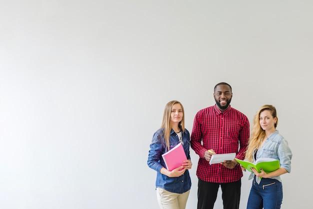Estudantes bem sucedidos em branco Foto gratuita