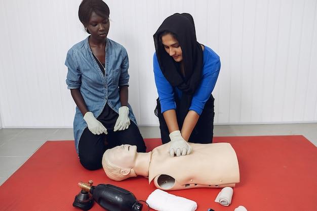 Estudantes de medicina estão praticando Foto gratuita
