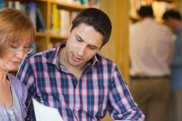 Estudantes maduros na biblioteca Foto Premium