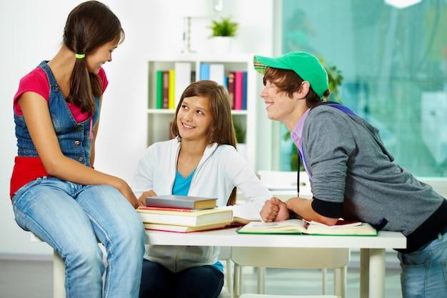 Estudantes perder tempo em sala de aula Foto gratuita