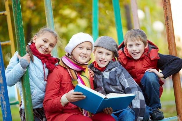 Estudantes que lêem ao ar livre Foto gratuita