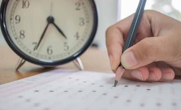 Estudantes que tomam exames em forma ótica de exame padronizado Foto Premium