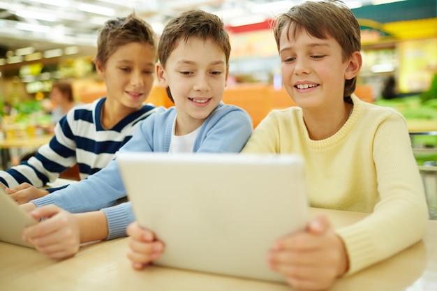 Estudantes que usam computadores em seu tempo livre Foto gratuita