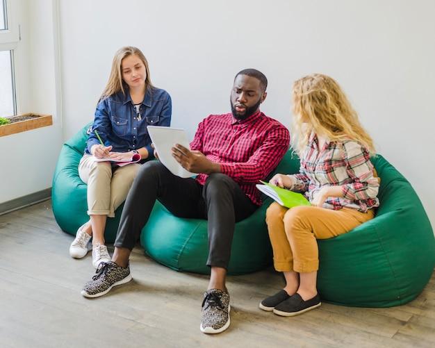 Estudantes revisando material em conjunto Foto gratuita