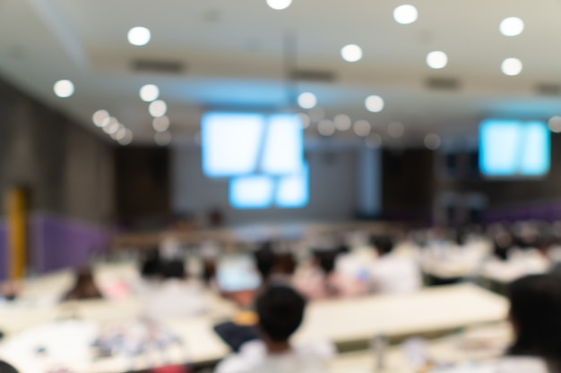 Estudantes universitários e professor fazendo estudo de grupo na sala de aprendizagem slope, turva fundo de pessoas Foto Premium
