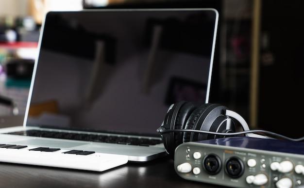 Estúdio de equipamento de gravação de instalação computer music home Foto Premium