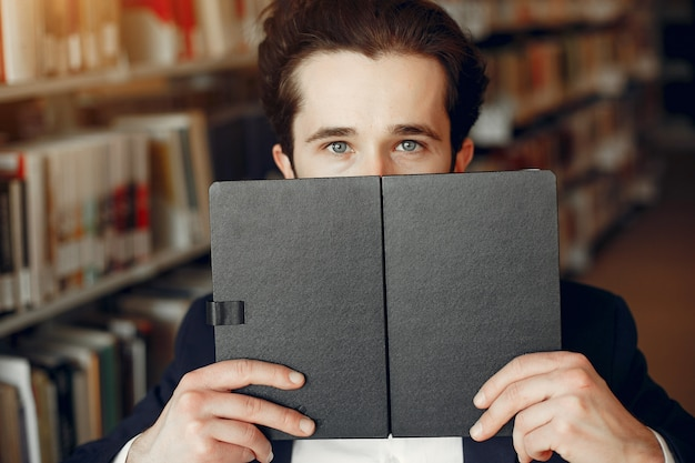 Estudo de cara bonito na biblioteca Foto gratuita