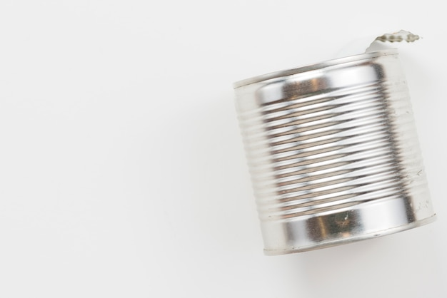Esvazie a lata de lata usada no fundo branco Foto gratuita
