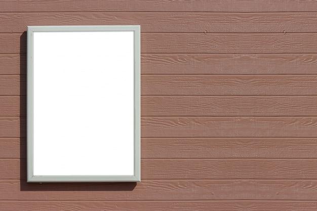 Esvazie a placa ascendente trocista da placa branca no fundo marrom da parede dos painéis de madeira. Foto Premium