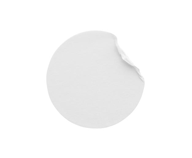 Etiqueta adesiva de papel redondo branco em branco isolada no fundo branco com traçado de recorte Foto Premium
