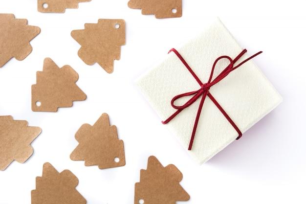 Etiqueta branca da caixa de presente e da árvore de natal no branco. vista do topo. Foto Premium