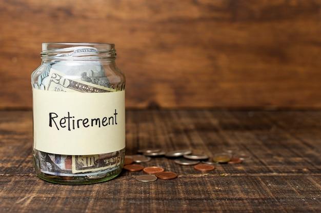 Etiqueta de aposentadoria em uma jarra cheia de dinheiro e cópia espaço Foto gratuita