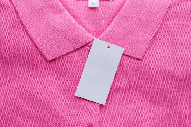 Etiqueta de roupa branca em branco na camisa nova Foto Premium