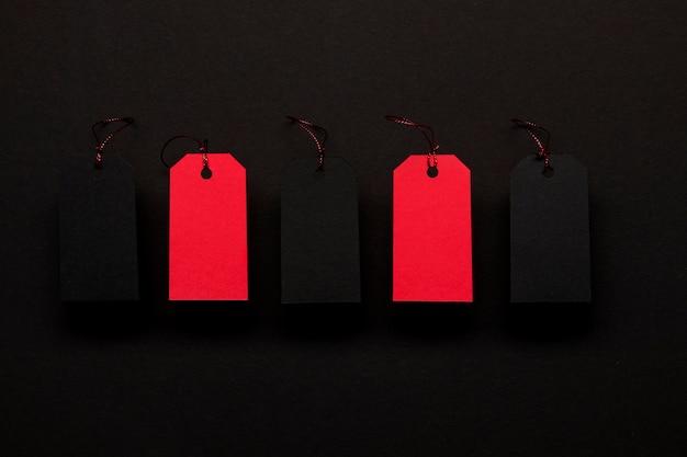 Etiquetas de preço vermelhas em fundo preto Foto gratuita