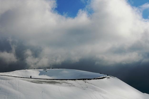 Etna, vulcão da sicília coberta pela neve Foto Premium