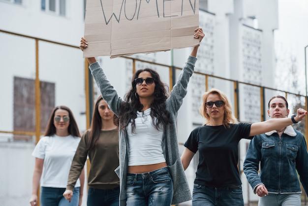 Etnia caucasiana. grupo de mulheres feministas protestam por seus direitos ao ar livre Foto gratuita