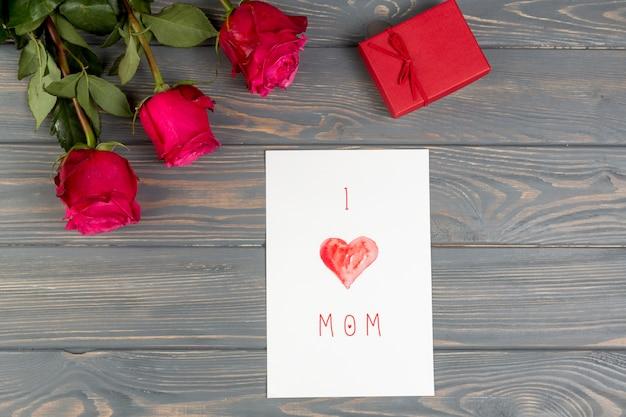 Eu amo mãe inscrição com rosa e presente Foto gratuita