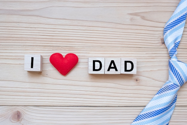 Eu amo o texto do pai com forma de coração vermelho na madeira Foto Premium