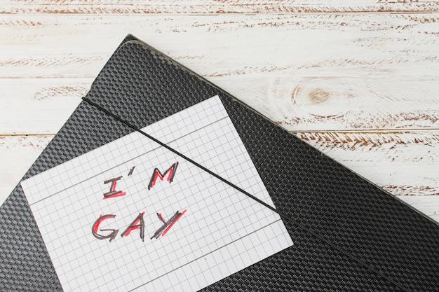 Eu palavras gays em papel contra o caso do documento Foto gratuita