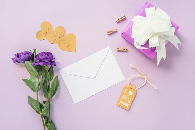 Eu te amo mãe inscrição com flores e presentes Foto gratuita