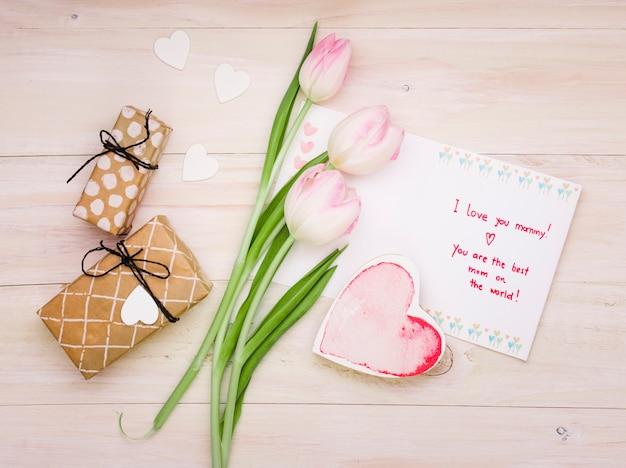 Eu te amo mamãe inscrição com tulipas e coração Foto gratuita