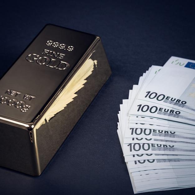 Euro dinheiro e barra de ouro. notas. dinheiro. conta. lingote. barras. Foto Premium