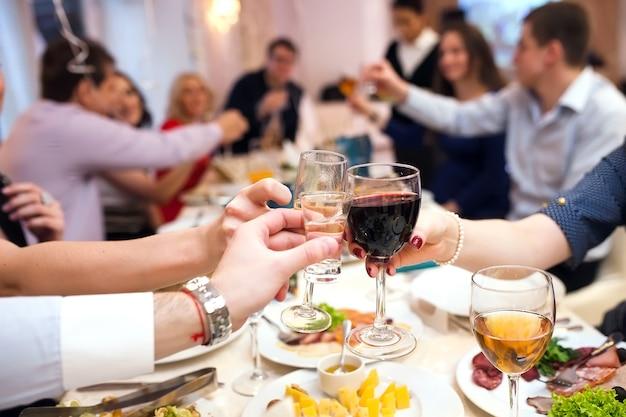 Evento de férias pessoas torcendo com champanhe. Foto Premium