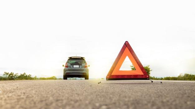 Evento inesperado ao viajar perto de viajar, triângulo de alerta vermelho. Foto Premium