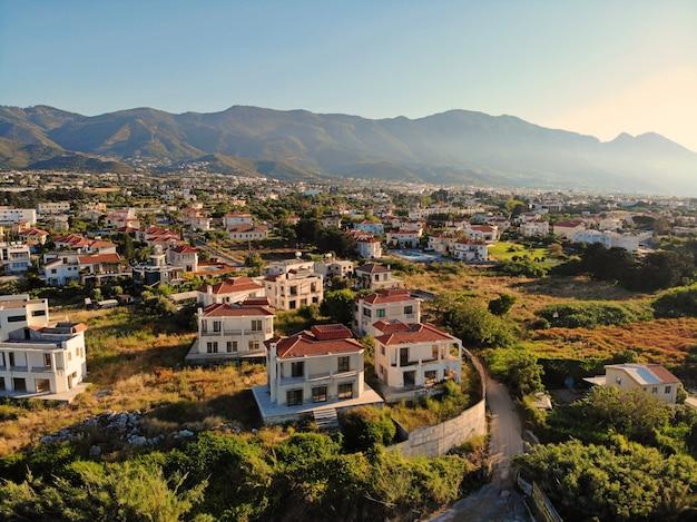 Excelente vista aérea em chipre. véu aéreo de drone. férias de verão, vida feliz. montanhas e mar. Foto Premium