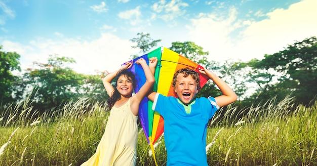 Executando a criança atividade de lazer jogando felicidade menino Foto Premium