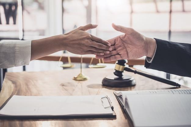 Executiva, apertar mão, com, profissional, macho, advogado, após, discutir, bom, contrato Foto Premium