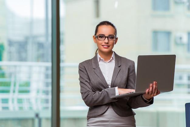 Executiva, com, laptop, em, conceito negócio Foto Premium