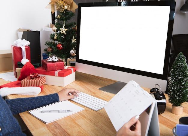 Executiva, com, planejador agenda, e, tela computador, em, feriado natal Foto Premium