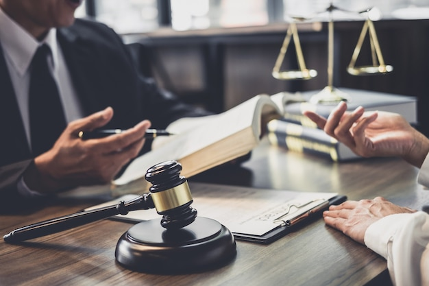 Executiva, e, advogado, ou, juiz, conselheiro, tendo, equipe, reunião, com, cliente Foto Premium