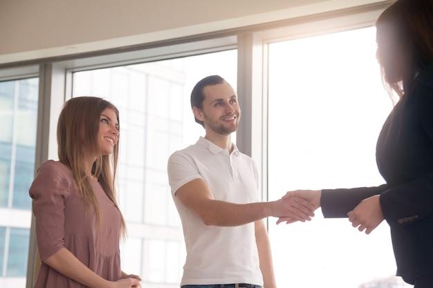 Executiva, e, clientes, apertar mão, ligado, reunião negócio, saudação, aperto mão Foto gratuita